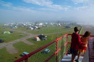 jour du brume, le camping Beaubassin vu du phare