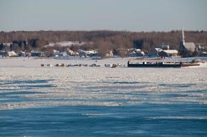 on installe les cabanes de pêche sur l\'autre rive