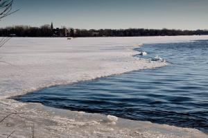 La rivère coule, mais la glace résiste dans les baies