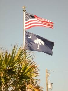 Sous le drapeau américain, celui de l\'État de la Caroline du Sud...