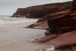 Su la plage, dun côté des falaises