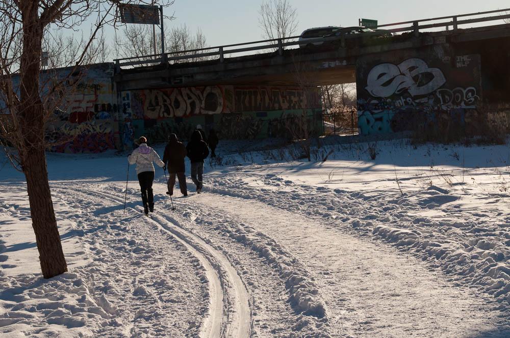 La piste revient vers le petit pont et le village historique ou se glisse sous le viaduc du pont Papineau