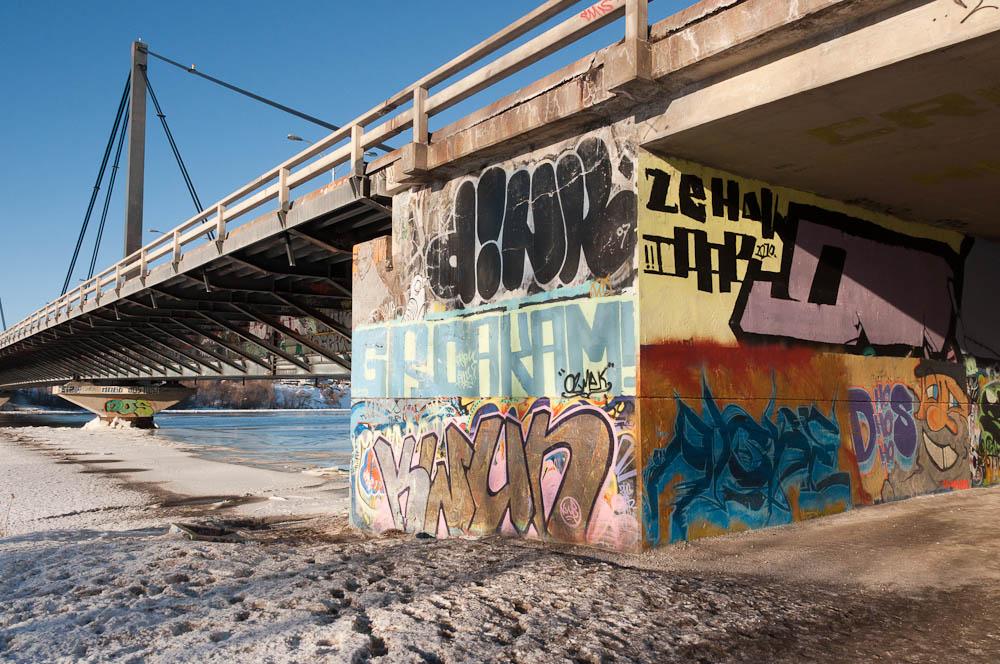 Les grafitis sur les parois du viaduc du pont Papineau