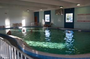 La piscine intérieure chaude