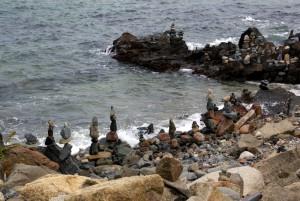 Des pierres empilées pour former des Inuksuk
